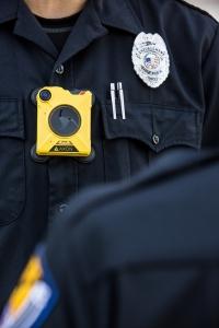 Voor de politie biedt de bodycam een groot voordeel: hij wordt voortdurend bediend door de drager.