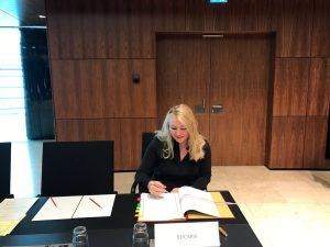 minister Melanie Schultz van Haegen tijdens de Transportraad in Luxemburg het Protocol tot wijziging van het EUCARIS-Verdrag ondertekend. Hiermee wordt het opsporen van fraude en criminaliteit met rijbewijzen en voertuigen weer iets eenvoudiger.