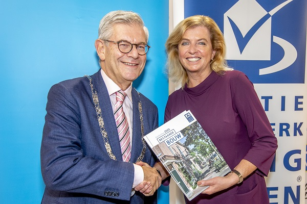 Burgemeester Aptroot neemt eerste exemplaar vernieuwde Handleiding Politiekeurmerk Veilig Wonen in ontvangst
